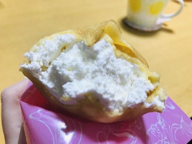 ファミマの「いちごのクレープ」はクリームたっぷり。