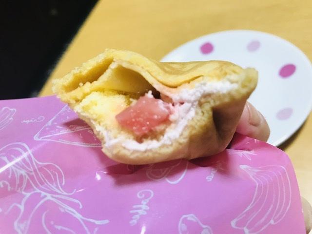 ファミマの「いちごのクレープ」の中にはいちごの果肉が入っています!